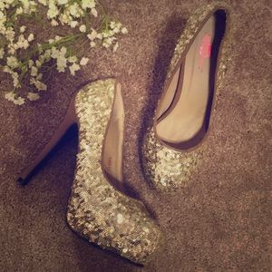 Fun pair of gold pumps / size 8